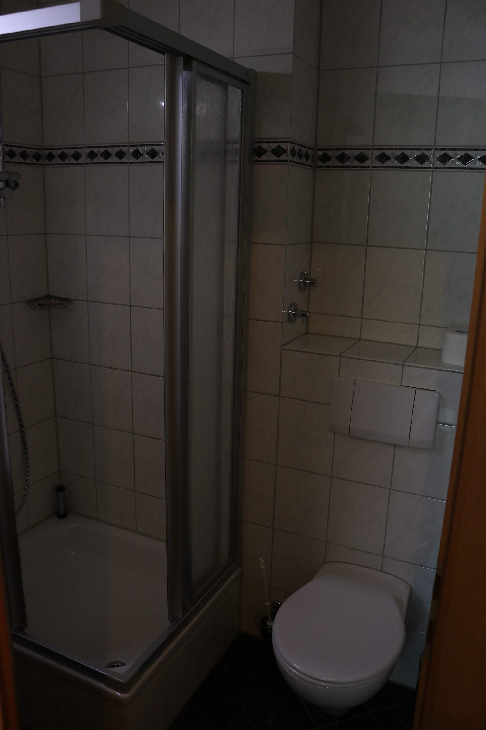 Duschkabine und WC