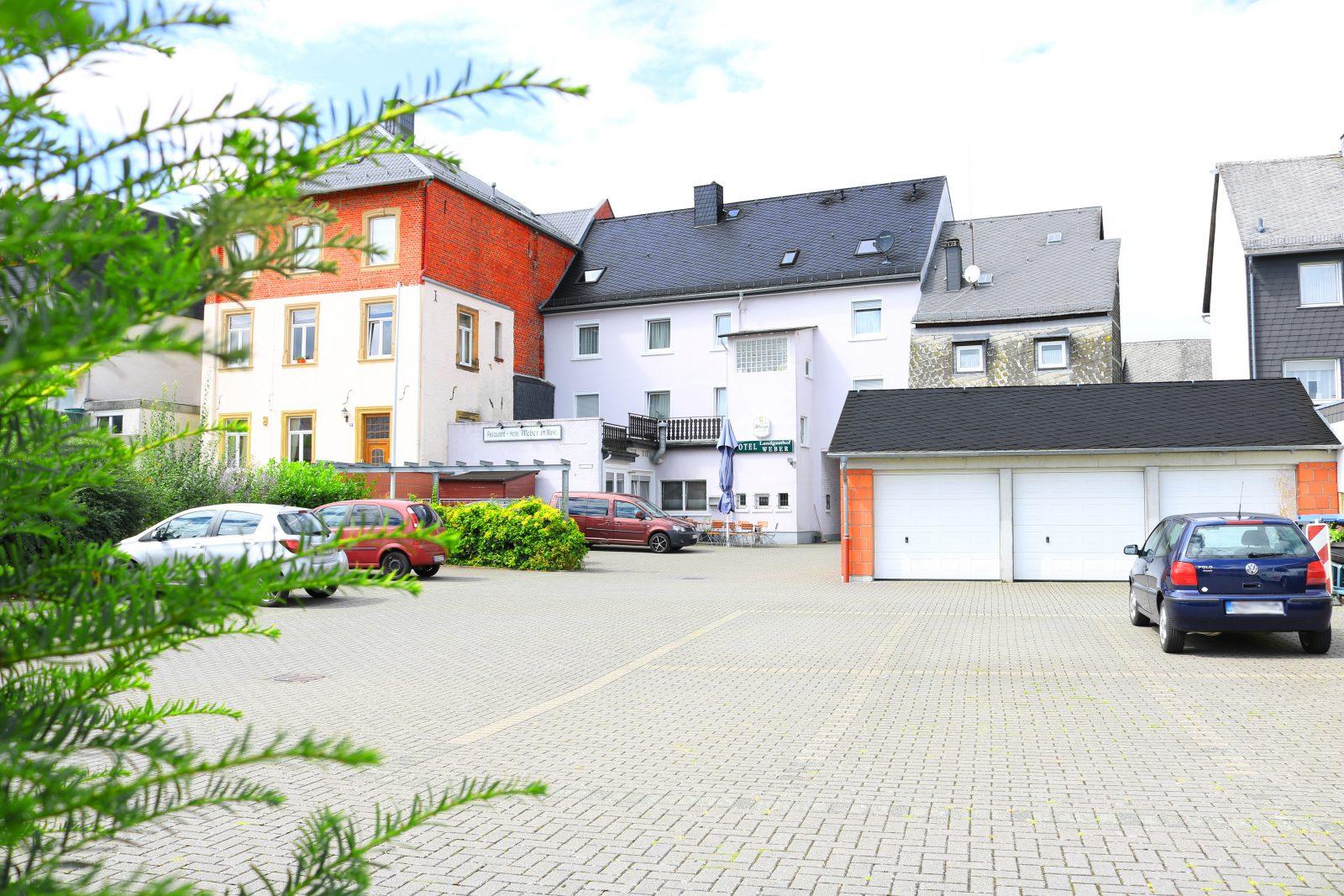 Parkplatz mit Garage